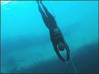 O recorde foi atingido em Dean's Blue Hole, uma cratera submersa localizada em um baía de Long Island, nas Bahamas