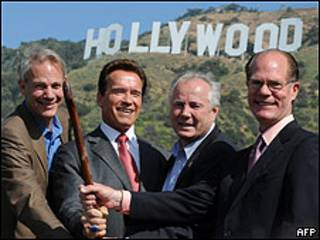 De izquierda a derecha, Will Rogers, Arnold Schwarzenegger, Tom LeBonge y Chris Baumgart
