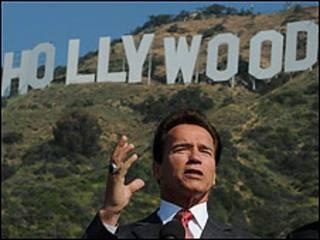 Thống đốc California, ông Arnold Schwarzenegger dưới biểu tượng của Hollywood