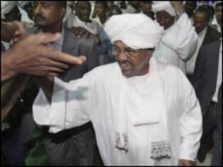 Rais wa Sudan akiwa na wafuasi wake