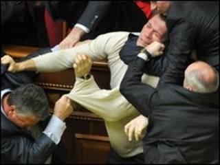 تصویر نزاع میان نمایندگان مجلس اوکراین