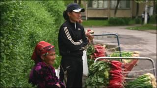 Кўкат сотаётган ўзбекистонлик аёллар