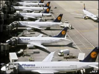 aviões parados em Frankfurt em 23 de abril