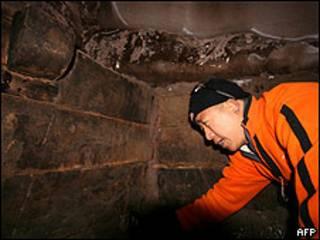 Uno de los exploradores muestra la estructura de madera que, afirman, es el Arca de Noé