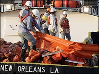 Không quân Mỹ chuẩn bị xịt hóa chất tan dầu ngoài khơi Louisiana