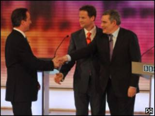 Brown y Clegg saludan a Cameron.