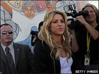 Shakira visita un centro latino en Phoenix