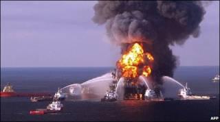 تصویری از سکوی نفتی شرکت بی پی که در حال سوختن است