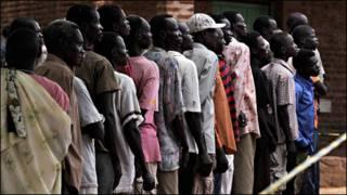 تصویری از انتخابات اخیر در سودان و رای دهندگانی که که در حال اندختن رأی خود به صندوق است