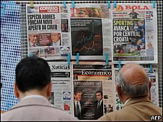 Portadas de los periódicos en Lisboa