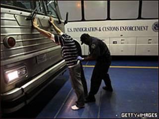 Inmigrante mexicano es revisado en centro del Servicio de Inmigración y Aduanas de Arizona (foto de archivo)