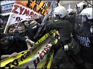 الشرطة تفض الاحتجاجات