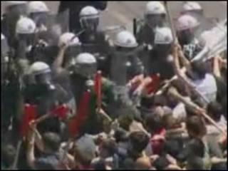 Manifestantes enfrentam polícia em Atenas