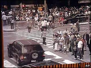A Nissan escura deixada na rua 45, perto da Times Square
