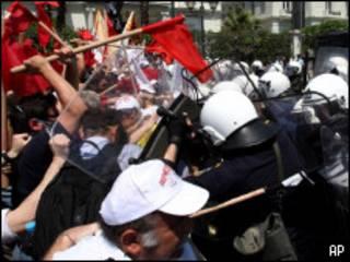 стычка демонстранотв с полицией