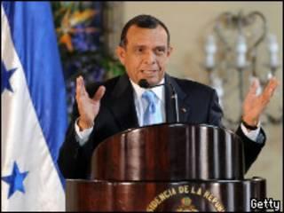 Porfirio Lobo en la inauguración de la Comisión de la Verdad.