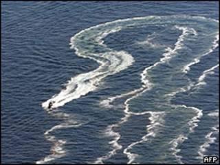 Bote participa en tareas de limpieza del derrame de petróleo.