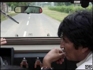 Evo Morales en un auto.