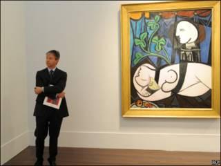 """لوحة الرسام الاسباني بابلو بيكاسو """"عارية وأوراق خضراء وتمثال نصفي"""""""