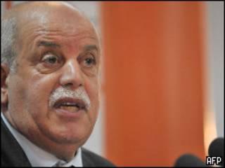 رابح سعدان خلال المؤتمر الصحفي