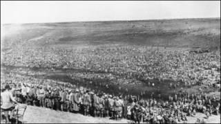 Советские пленные на привале. 1942 г.