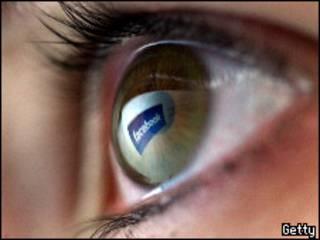 Отражение в глазу логотипа Facebook