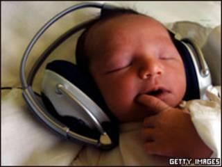 Bebé escuchando música. Foto: Joe Klamar