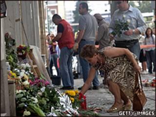 Flores depositadas em frente ao banco onde 3 pessoas morreram na quarta-feira