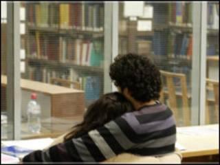 图书馆里的情侣