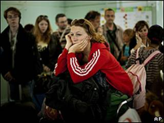 Pasajeros esperan en el aeropuerto de Barcelona