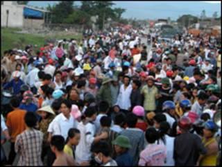 Người dân bao vây xe cảnh sát