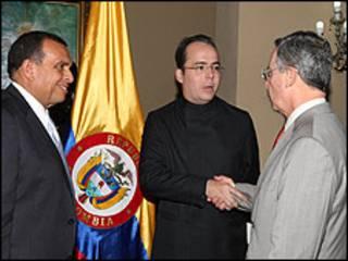 JJ Rendón (centro), asesor de campaña de Juan Manuel Santos, junto al presidente de Honduras, Porfirio Lobo (izq.), y el presidente de Colombia, Álvaro Uribe (der.), (foto de Olga Pérez-Díez, Innergy group)