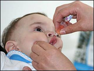Вакцинация младенца в Таджикистане