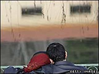 تصویر یک دختر و پسر که در پارک نشسته اند
