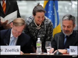 O presidente do Banco Mundial, Robert Zoellick, e o o secretário-geral de Relações Exteriores, Antonio Patriota, formalizam doação do Brasil ao Haiti nesta terça-feira (AFP)