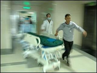أطباء يسرعون بأحد الأطفال المصابين إلى المستشفى