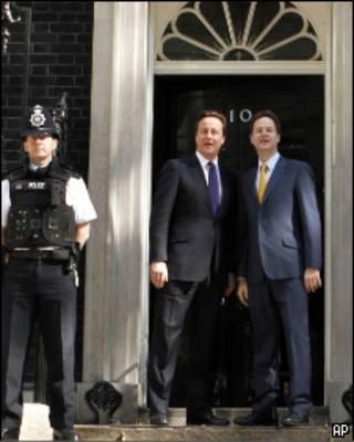 David Cameron e Nick Clegg em frente à residência oficial do primeiro-ministro