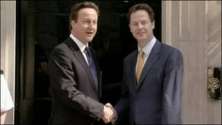 Thủ tướng David Cameron (bên trái) và phó thủ tướng Nick Clegg
