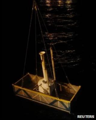 Estrutura menor, ou 'cartola' colocada para conter vazamento no Golfo do México
