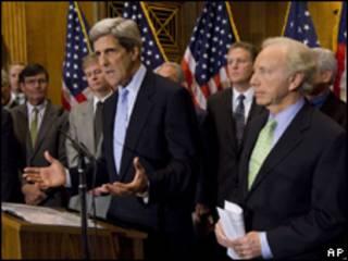 Os senadores John Kerry (esq.) e Joe Lieberman apresentam projeto nesta quarta-feira (AP)