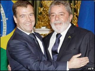 Президент России Дмитрий Медведев обнимает президента Бразилии Луиса Инасио Лулу да Силва в Кремле 14 мая