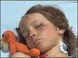 Imagem da TV líbia mostra o garoto holandês Ruben van Assow em hospital (AFP, 14 de maio)