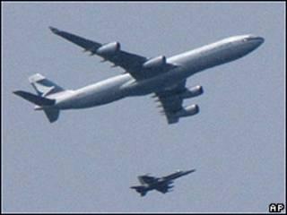 Avión de la compañía Cathay Pacific escoltado por dos aeronaves militares canadienses
