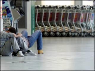 Passageiros afetados por atrasos em aeroporto britânico