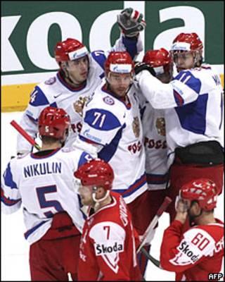 Хоккеисты сборной России празднуют победу над командой Дании на ЧМ
