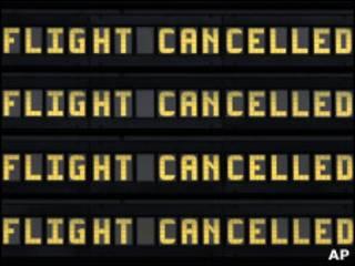 """Табло аэропорта с надписью """"Рейс отменен"""""""