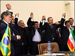 Delegação dos três países comemoram acordo