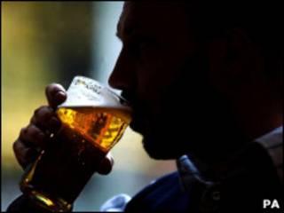 Мужчина со стаканом пива