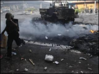 جانب من المواجهات بين الجنود والمحتجين