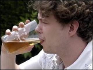 Britânico bebendo cerveja